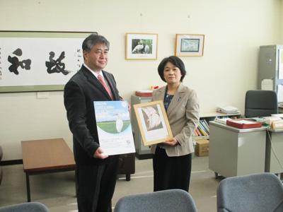 田中英成代表執行役社長と中村県民生活・環境部長